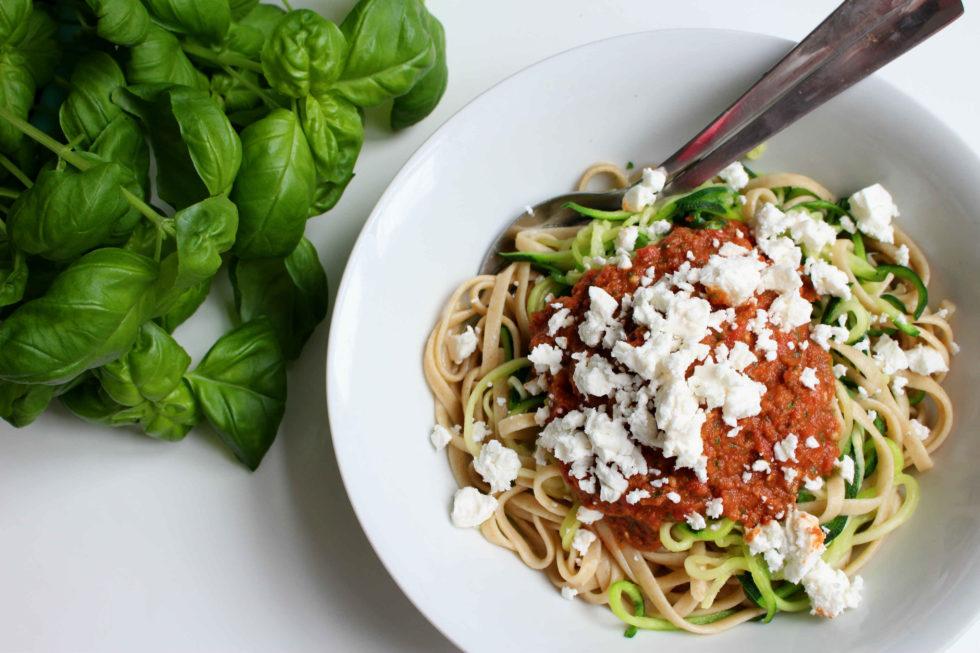 """Zucchininudeln mit """"Pesto"""" und Fetakäse"""