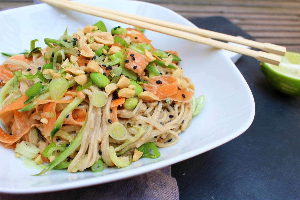 Soba Nudelsalat mit Erdnussdressing (vegan)