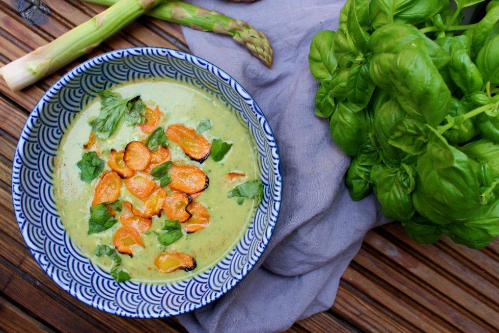 Spargel-Basilikum-Suppe mit Karottenchips