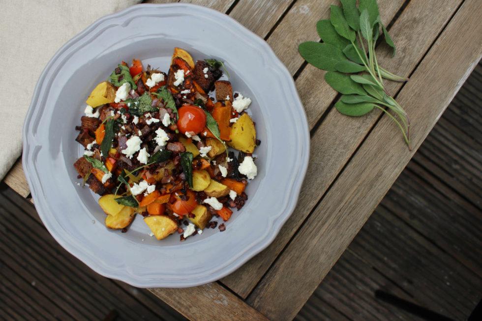 Warmer Kürbis Brot Salat mit Speck und Salbei