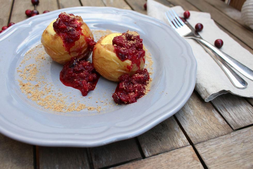 Bratäpfel mit Cheesecake-Füllung und Cranberry-Kompott