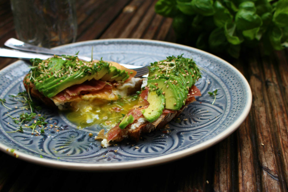Frühstücksbrot mit Ei, Avocado & Prosciutto