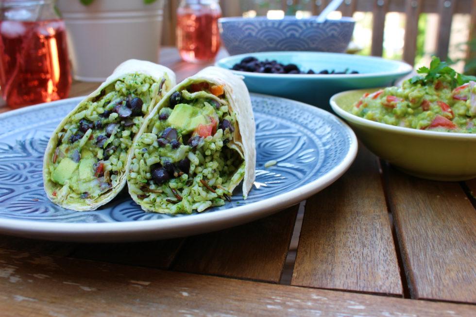 vegane Tortilla mit Koriander-Reis und schwarzen Bohnen