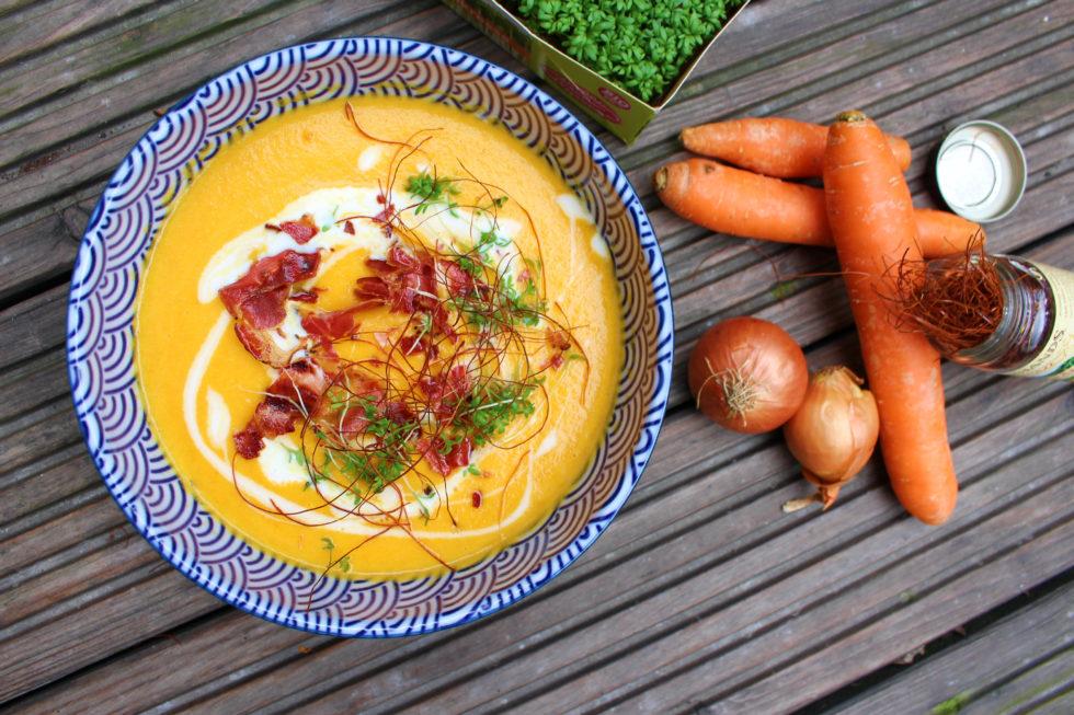 Apfel-Karotten-Suppe mit Speckwürfeln