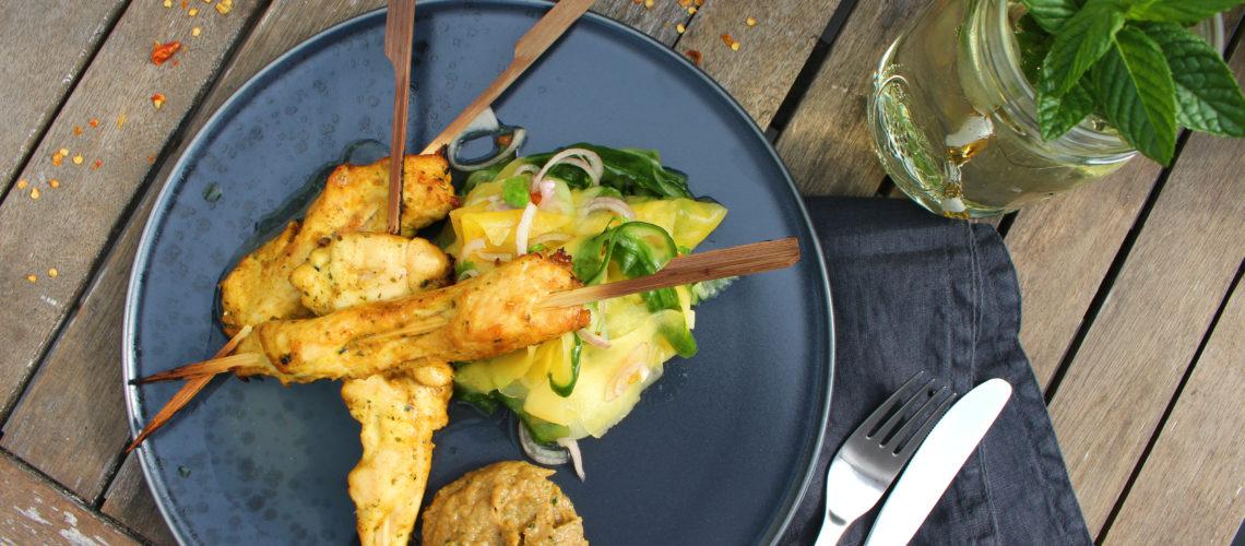 Hühnerspieße mit Mango-Gurken-Salat & Erdnussdip