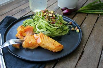Salat avocado fisch