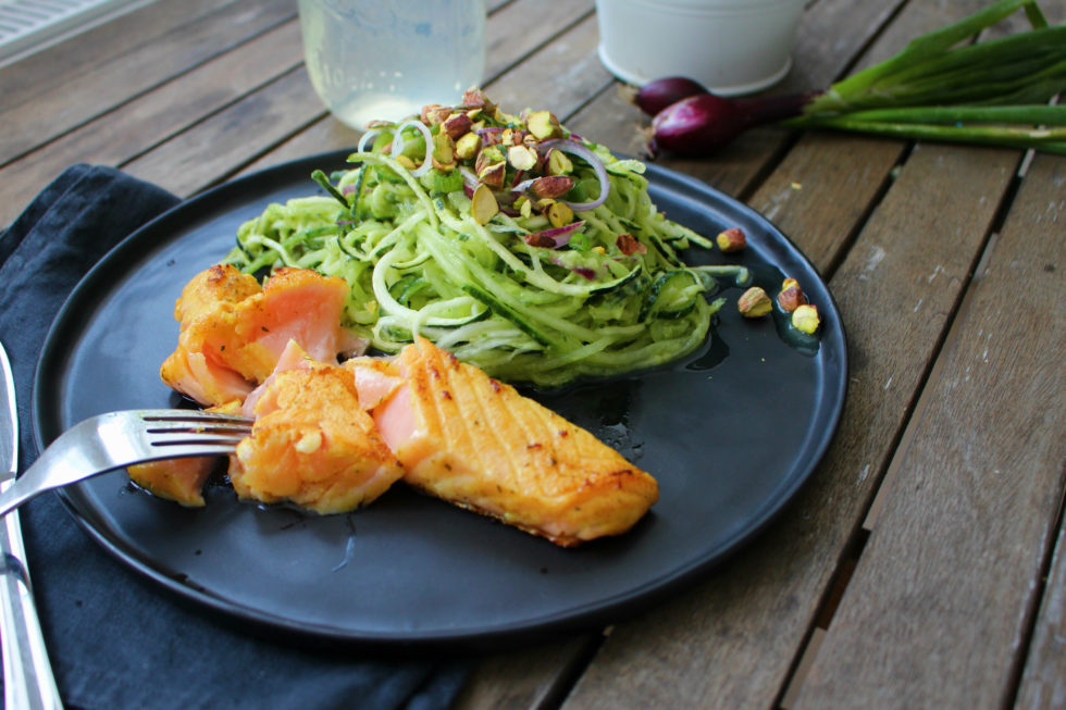 Zucchini-Gurken- Salat mit Avocado Dressing & Lachs