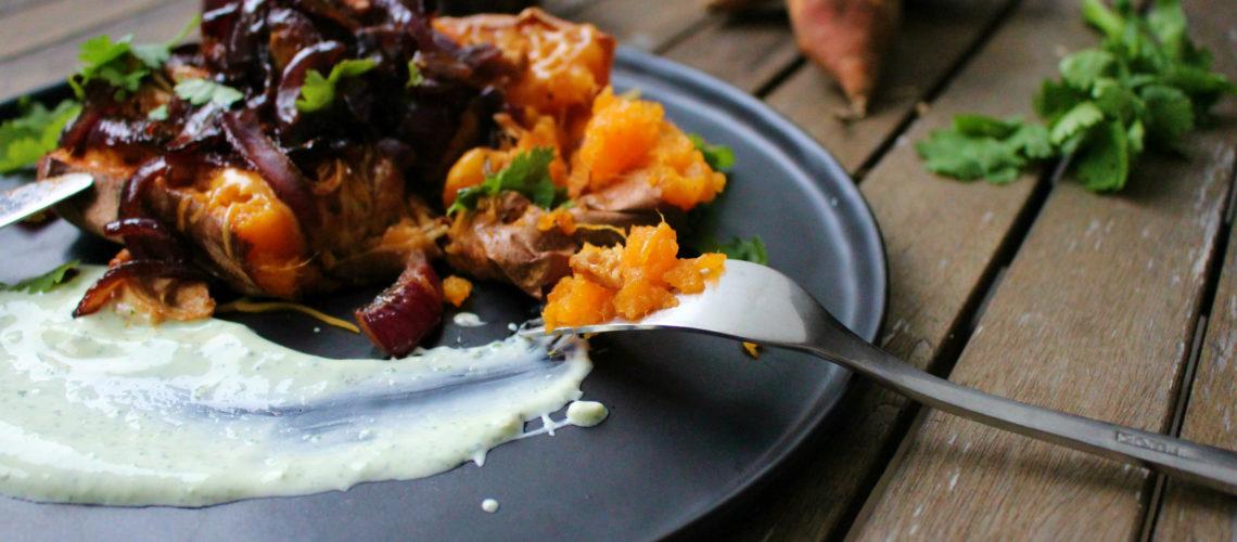 Süßkartoffel mit Pulled Chicken & karamellisierten Zwiebeln