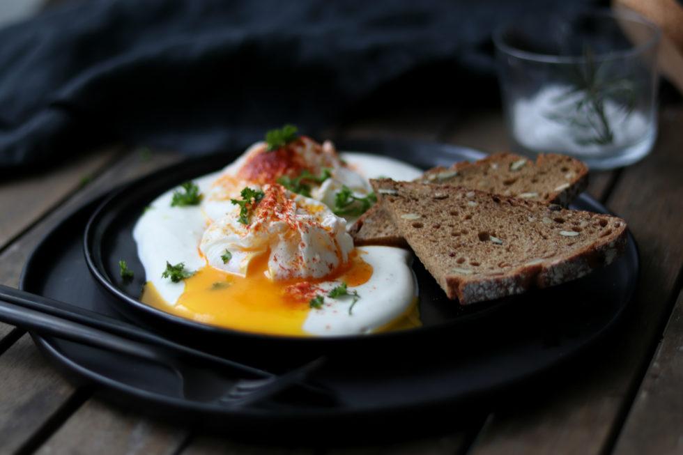 Pochierte Eier mit Joghurt & Gewürzbutter