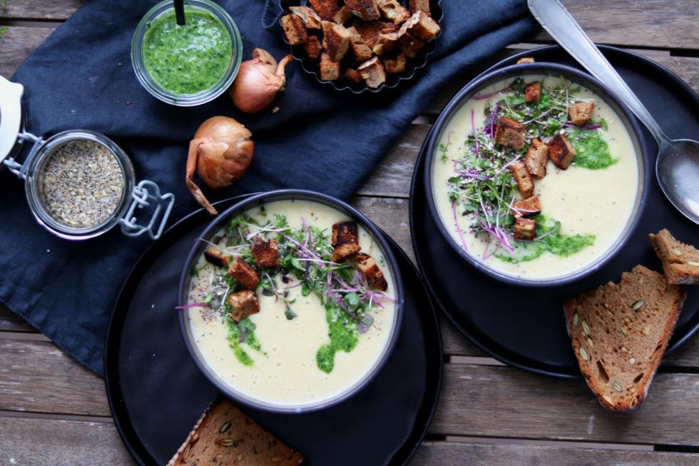 Kartoffelsuppe mit Vogerlsalatpesto & Brotwürfeln